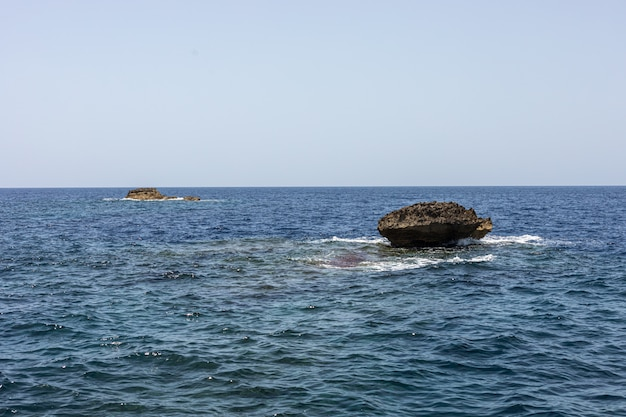 Pietre nel mar mediterraneo. cielo blu e lo sfondo del mare a malta
