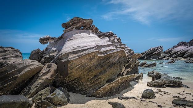 Pietre e sabbia in riva al mare
