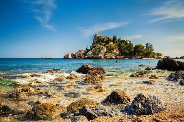 Pietre nell'acqua davanti all'isola bella