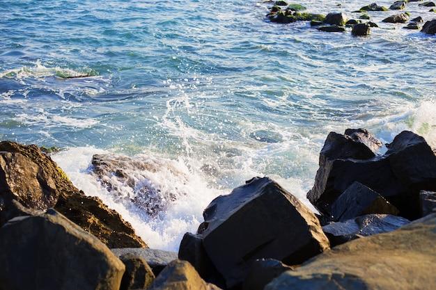 Costa del mare pietroso della bulgaria-sole, mare, primo piano della spiaggia