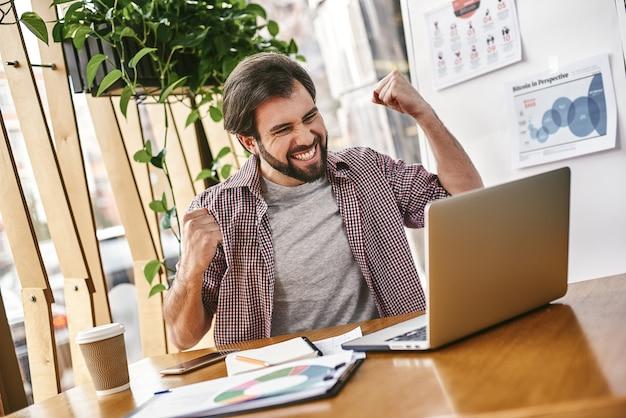 Smetti di inseguire i soldi e inizia a inseguire la passione giovane uomo d'affari che lavora sul suo laptop
