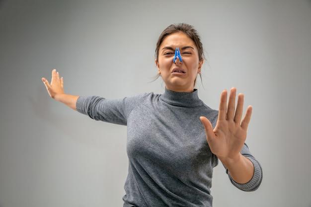 Smettila donna caucasica che indossa la chiusura a spillo per la protezione delle vie respiratorie contro