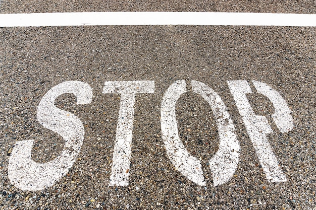 Stop una grande scritta sull'asfalto