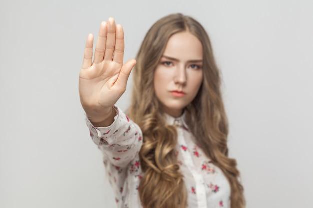 Smettila ora donna che mostra il segnale di avvertimento