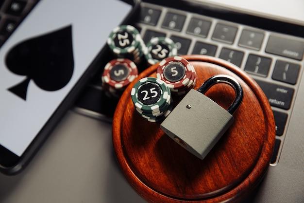 Interrompere il concetto di casinò online con carte da gioco lucchetto e smartphone