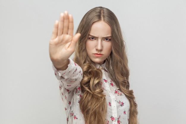 Smettila di rabbia giovane donna che non mostra alcun segno