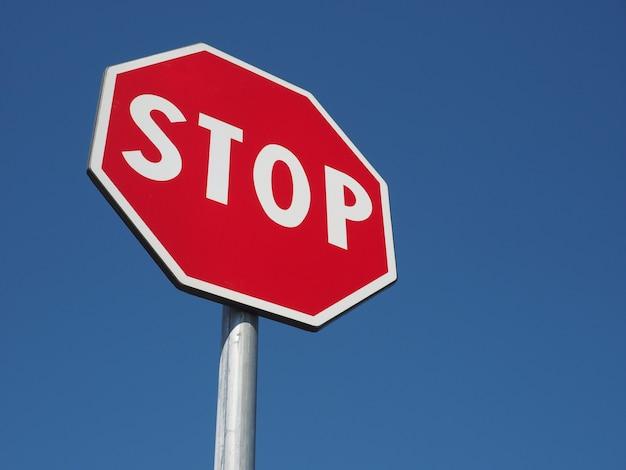 Segnale di stop sopra il cielo blu