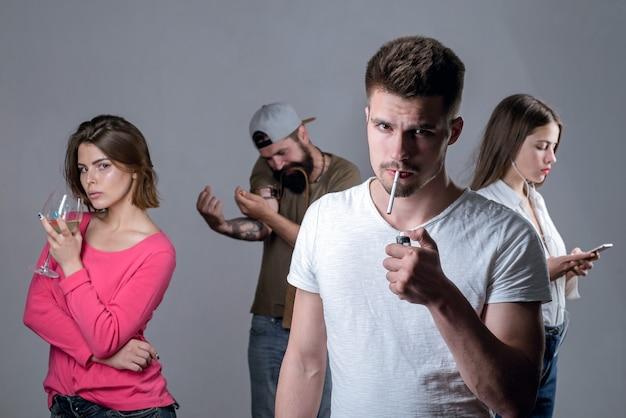 Smettere di fumare dipendenza effettivo problema sociale tossicodipendente o concetto di abuso medico uomo triste con depressione guardando in camera