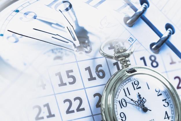 Cronometro sullo sfondo del calendario, primo piano