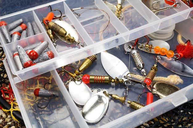 Scatola portaoggetti con esche da pesca e accessori