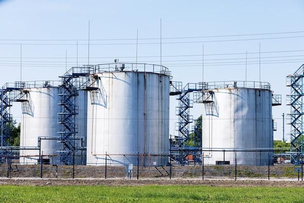 Stoccaggio di prodotti chimici come olio, benzina, gasolio nelle limpide giornate estive.