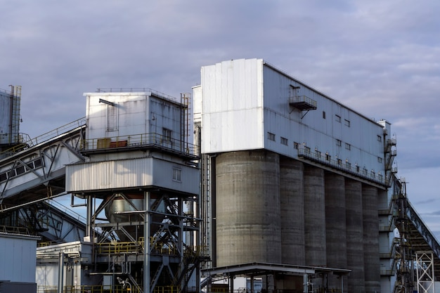 Tramoggia di stoccaggio e carico per materiali sfusi con gallerie di trasporto inclinate