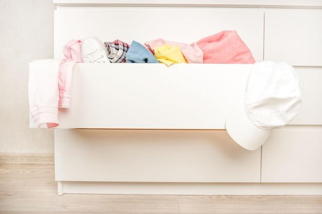 Conservare i vestiti, mettere le cose in ordine a casa.