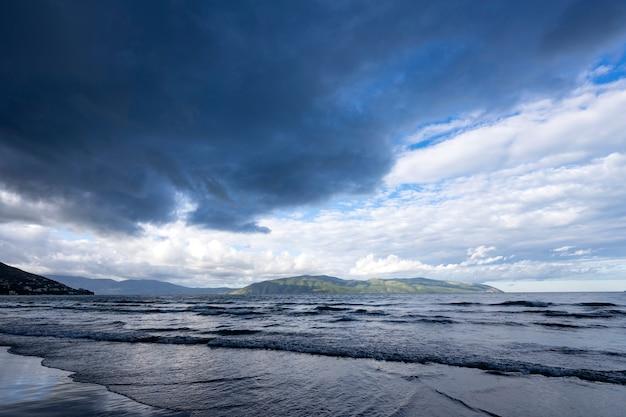 Nubi di tempesta che arrivano sul mare adriatico