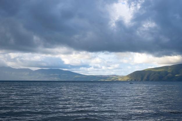 Nuvole temporalesche in arrivo sulla penisola karaburun