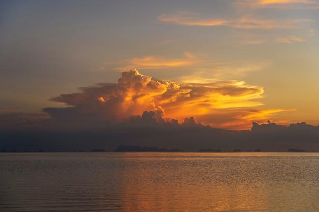 Nuvole temporalesche durante il tramonto