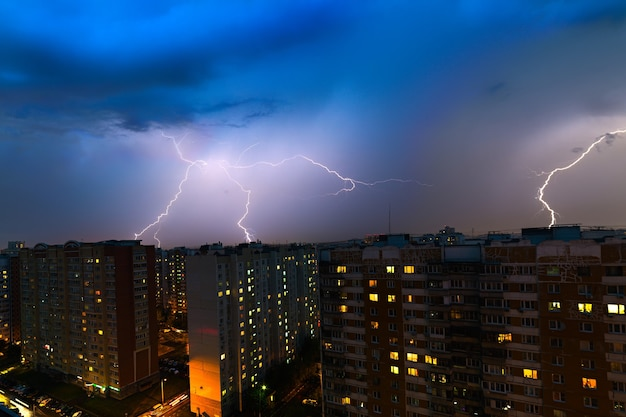 Nuvole temporalesche, forti piogge. temporale e fulmini sulla città notturna.