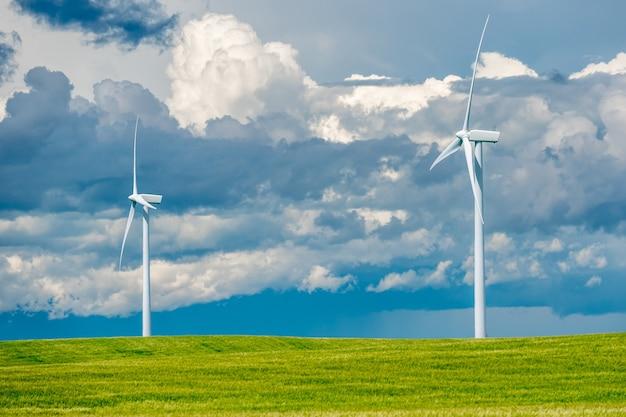 Nuvole temporalesche su turbine eoliche in un campo di grano