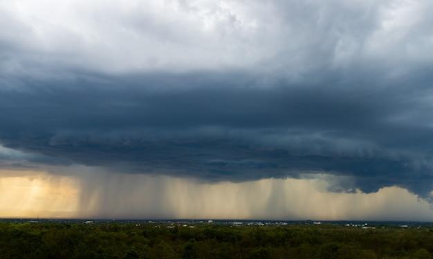 Nuvole temporalesche con la pioggia. natura ambiente dark enorme nuvola cielo nero nube tempestosa