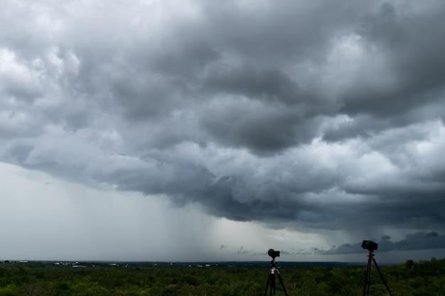 Nuvole temporalesche con la pioggia. natura ambiente cielo scuro enorme nuvola nera nube tempestosa