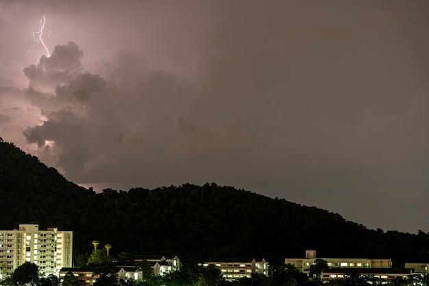 Tempesta di fulmini in montagna durante un temporale di notte. bella vista drammatica