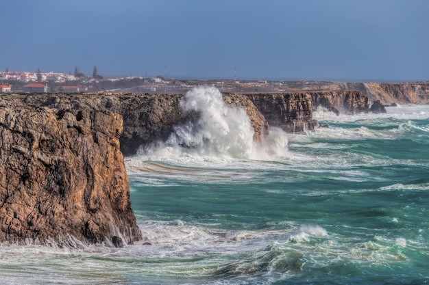 Vento di tempesta e onda delle onde a sagres algarve. portogallo.