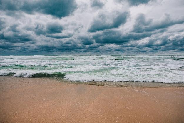 Tempestoso mar nero durante il giorno