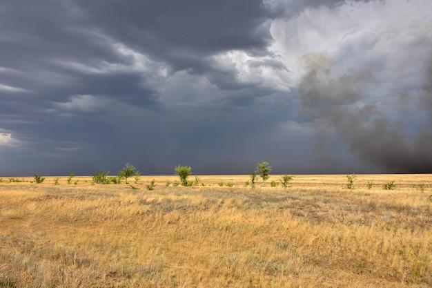 Cielo tempestoso nel campo, temporale nella steppa, fuoco nella steppa