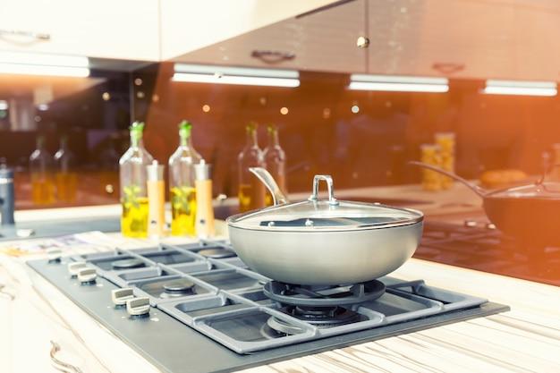 Stufa con padella sulla cucina moderna in plastica