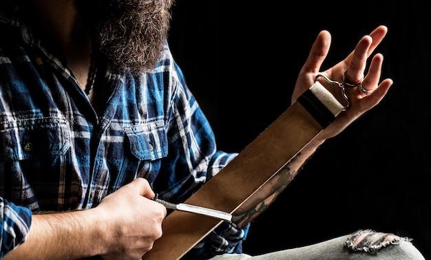 Rasoi a mano libera, barbiere, barba, lama. rasoio a mano libera. strumenti vintage per barbieri, rasoio, affilare la lama nella spazzola in pelle, lamette da barba.