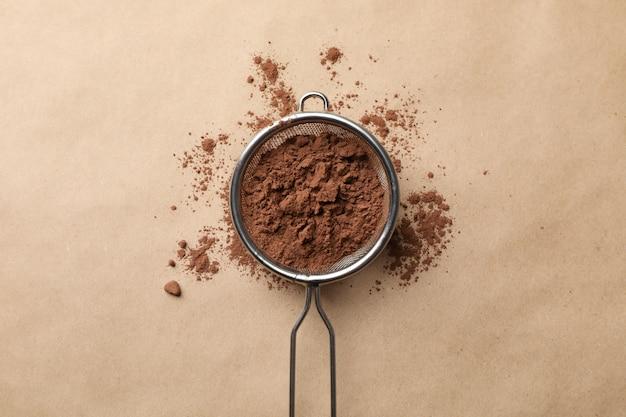 Filtro con cacao in polvere su cartone, vista dall'alto