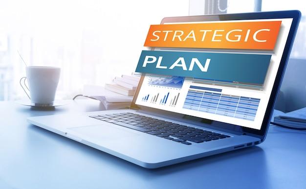 Testo del piano strategico sullo schermo del laptop moderno con sfondo grafico