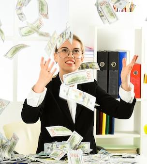 Strategie per aumentare il tuo reddito. business di successo. soldi per la felicità. flusso monetario. reddito passivo. la donna gode dei soldi che cadono dall'alto. i flussi di reddito passivo richiedono un investimento iniziale.