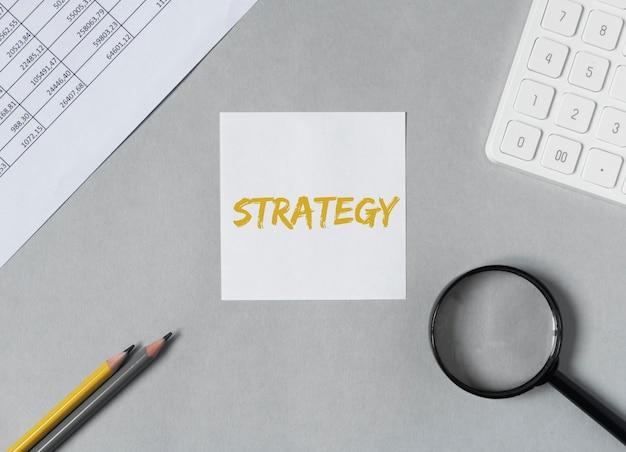 Parola di strategia, iscrizione su carta sulla scrivania in ufficio.