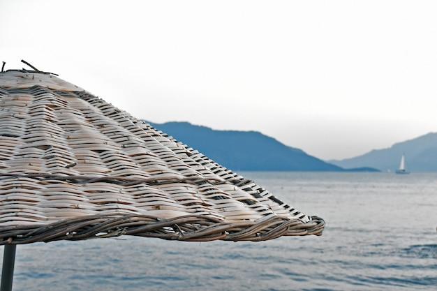 Ombrelloni di paglia in spiaggia. marmaris. tacchino