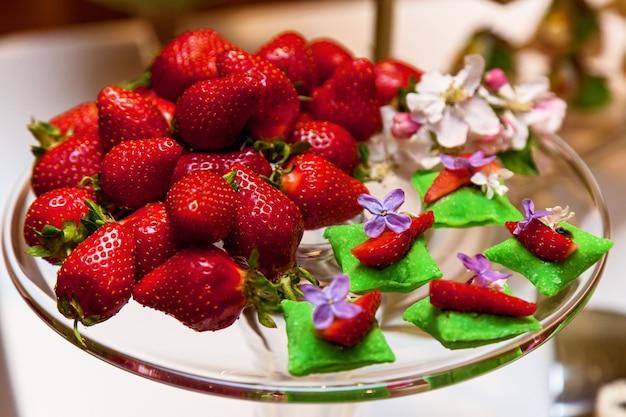 Fragole spezzettate e intere per decorare piatto da banchetto per eventi e buffet