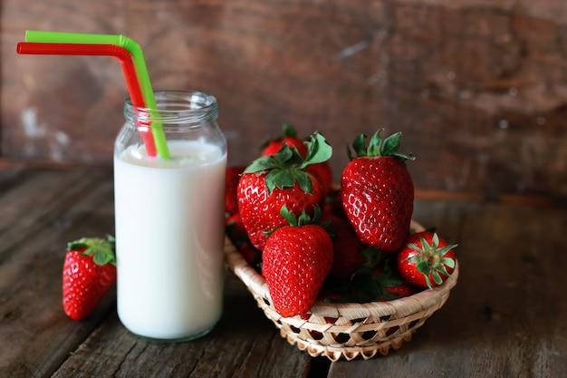 Fragole e latte in un bicchiere