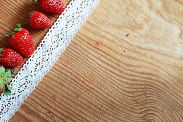 Top di fragole su fondo di legno