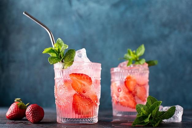 Cocktail alcolico alla fragola con menta fresca, primo piano
