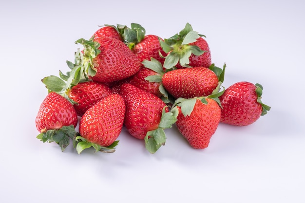 Primo piano della fragola. immagine macro di fragole fresche sulla superficie bianca.