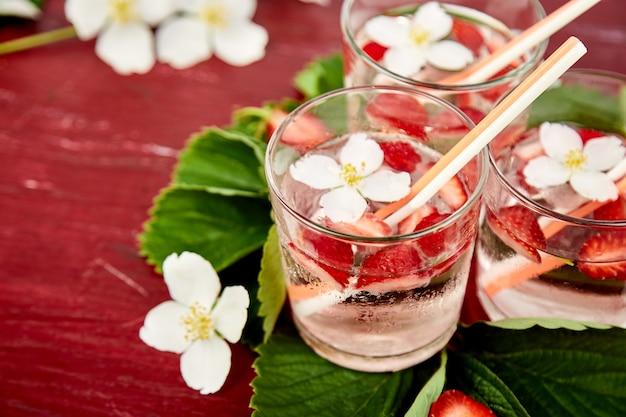 Acqua detox alla fragola con fiori di gelsomino.