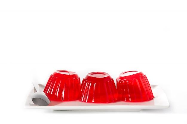 Gelatine di fragole su un piatto isolato su sfondo bianco