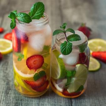 Mojito alla fragola e lime lime in vetro trasparente