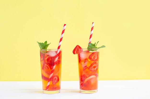 Limonata alla fragola con cubetti di ghiaccio, limone e menta. cocktail rinfrescante estivo.