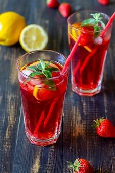 Limonata alla fragola con menta e limone. bevande fredde. estate. ricetta. Foto Premium