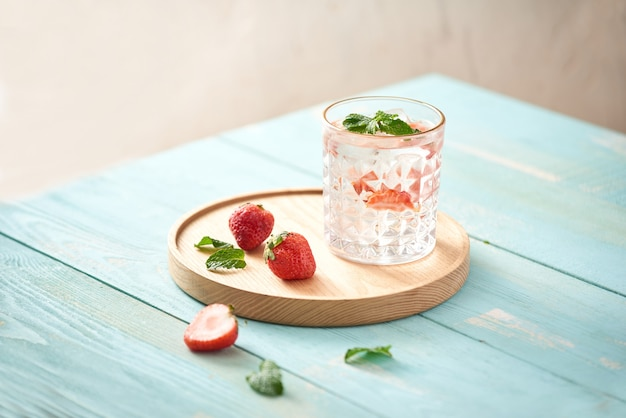 Cocktail di mojito alla fragola isolato su bianco