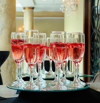 Fragola che spruzza in un bicchiere di celebrazione dello champagne