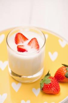 Yogurt alla fragola. cibo sano con fragole e colazione allo yogurt sul tavolo.