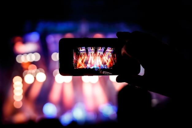 Riproduci in streaming un concerto dal vivo online sui social network da uno spettacolo musicale.