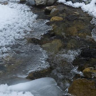 Flusso con neve, lake louise, parco nazionale di banff, alberta, canada